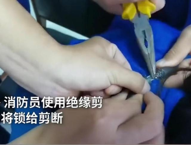 江苏一4岁熊孩子用密码锁锁住妈妈脖子,还改了密码,妈妈无奈挂着锁去消防站求助